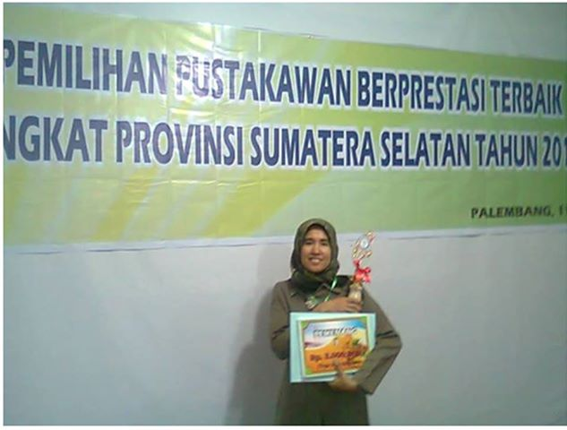 Nurmalina, M.Hum dan Mulyadi, M.Hum. menerima penghargaan pustakawan SUMSEL.