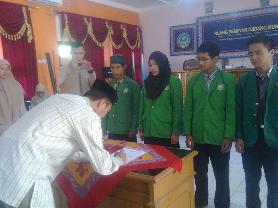 Dekan Fakultas Ushuludin dan Pemikiran Islam (Alfi Julizun Anwar) sedang menandatangani Surat Pengesahan jabatan Demaf Ushuludin dan Pemikiran Islam.