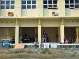 Terlihat beberapa Unit Kegiatan Mahasiswa Khusus (UKMK) sedang mengangkuti barang ke gedung student center, (2/3). Foto : Prabu