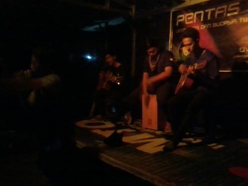 terlihat personil UKMK Seni dan Budaya Teater Arafah sedang perform di atas panggung Foto : Razi