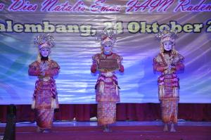 terlihat penari yang sedang menyambut tamu undangan dengan tarian gending sriwijaya. Foto : Agung