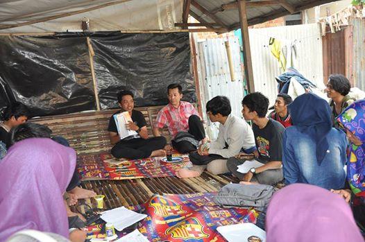 Bagus Kurniawan memberikan materi mengenai materi foto jurnalistik pada Up-Grading fotograpi di graha Ukhuwah.