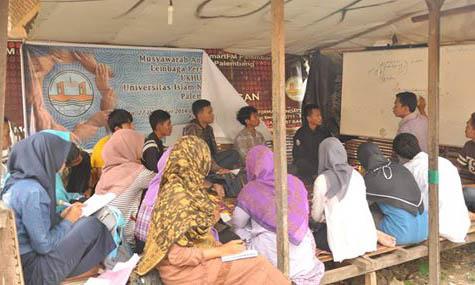 Rosi Ns (Alumni LPM Ukhuwah) saat mengisi materi upgrading tentang kesekretariatan.