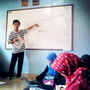 Terlihat Pemred LPM Ukhuwah sedang memimpin rapat proyeksi majalah ukhuwah edisi 27 (9/5) di Graha Ukhuwah UIN Raden Fatah Palembang