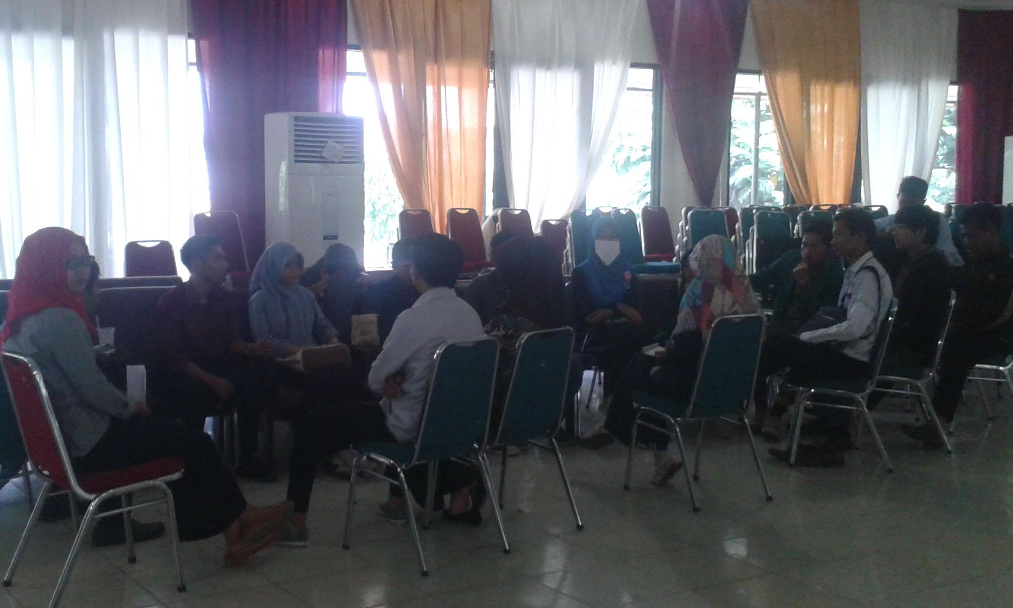 pembagian kelompok  mahasiswa baru FEBI untuk kelancaran Ospek FEBI pada Kamis (27/8/15)
