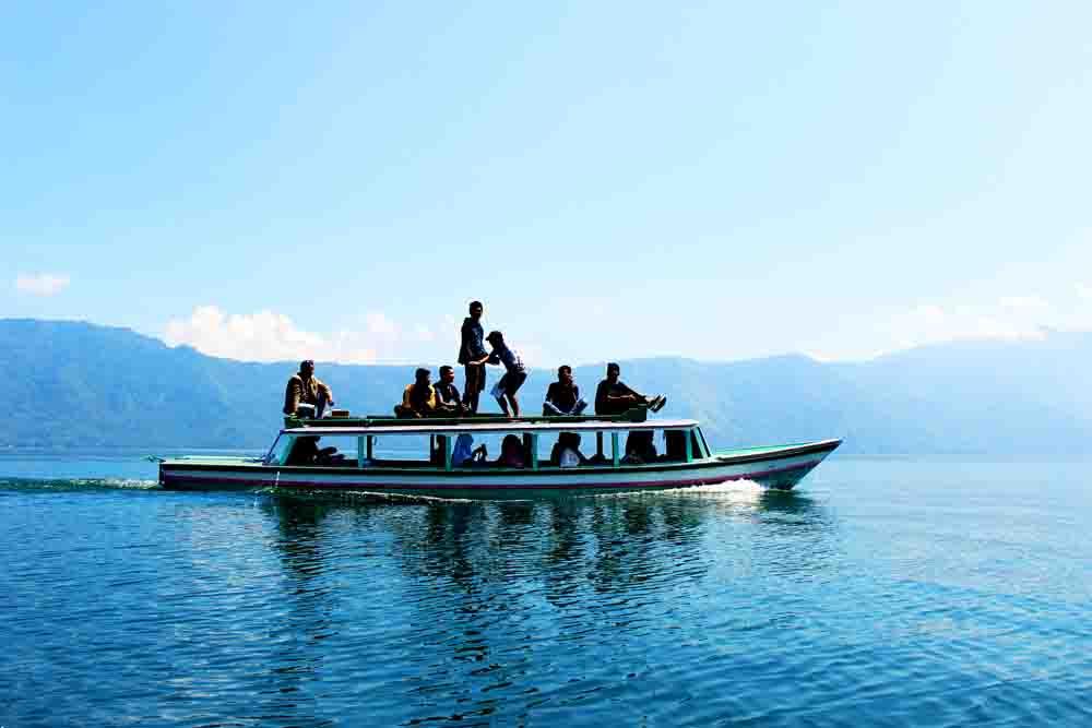 terlihat kapal yang melintas di danau ranau beberapa waktu lalu Foto : kodir