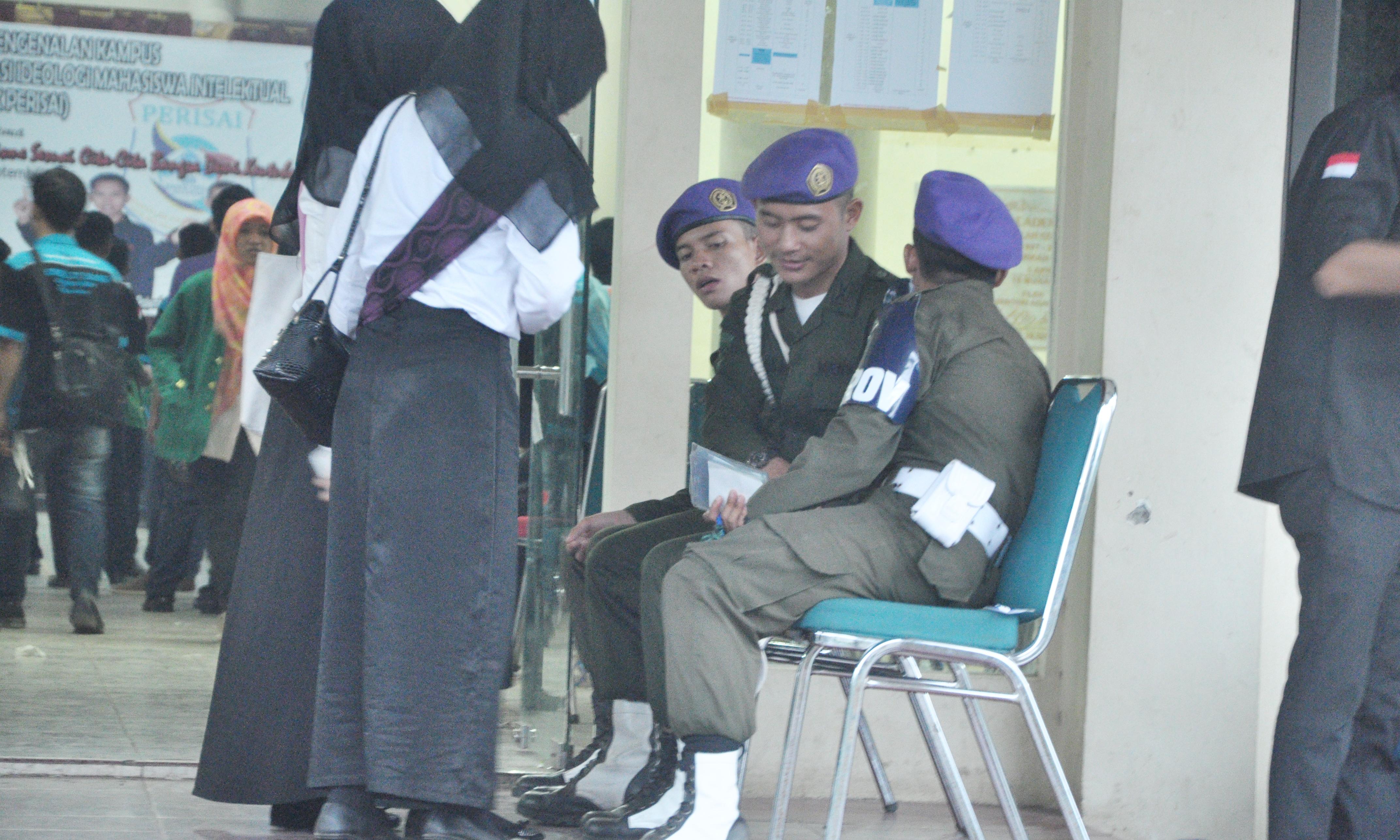 Dua orang peserta ospek perisai 2015 sedang meminta izin dari penertiban keamanan kegiatan (Resimen Mahsiswa), untuk dapat menunaikan ibadah sholat ashar. Pada Kamis (3/915)