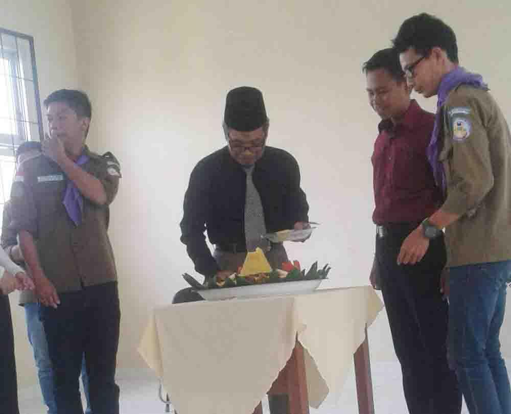Foto : Lusi Pemotongan tumpeng yang dilakukan oleh Wakil Dekan III Fakultas Adab dan Humaniora M. Zuhri pada Pladiksar XXVI Mapala UIN Raden Fatah Palembang. bertempat di Aula Student Center UIN Raden Fatah Palembang pada Senin (14/9/15).
