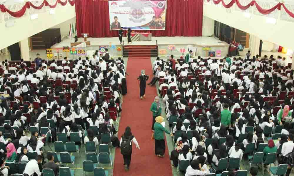 Suasana Akademic Center UIN Raden Fatah Palembang yang dipenuhi dengan mahasiswa baru 2015 peserta ospek Pedang. Pada Senin (7/9/15).