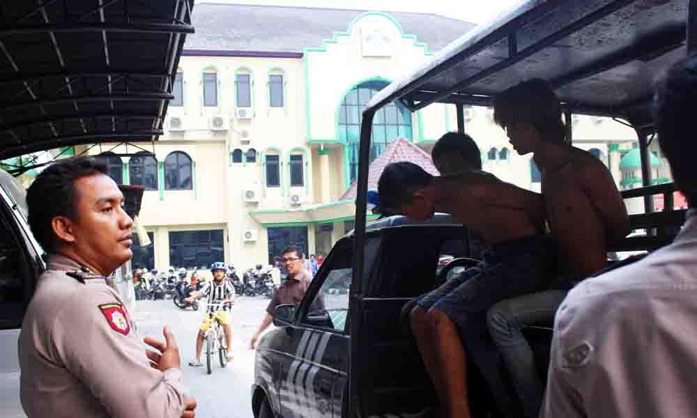 terlihat pelaku diboyong ke kantor polisi untuk dimintai keterangan (9/11) di kompleks UIN Raden Fatah Palembang Foto : Jeo