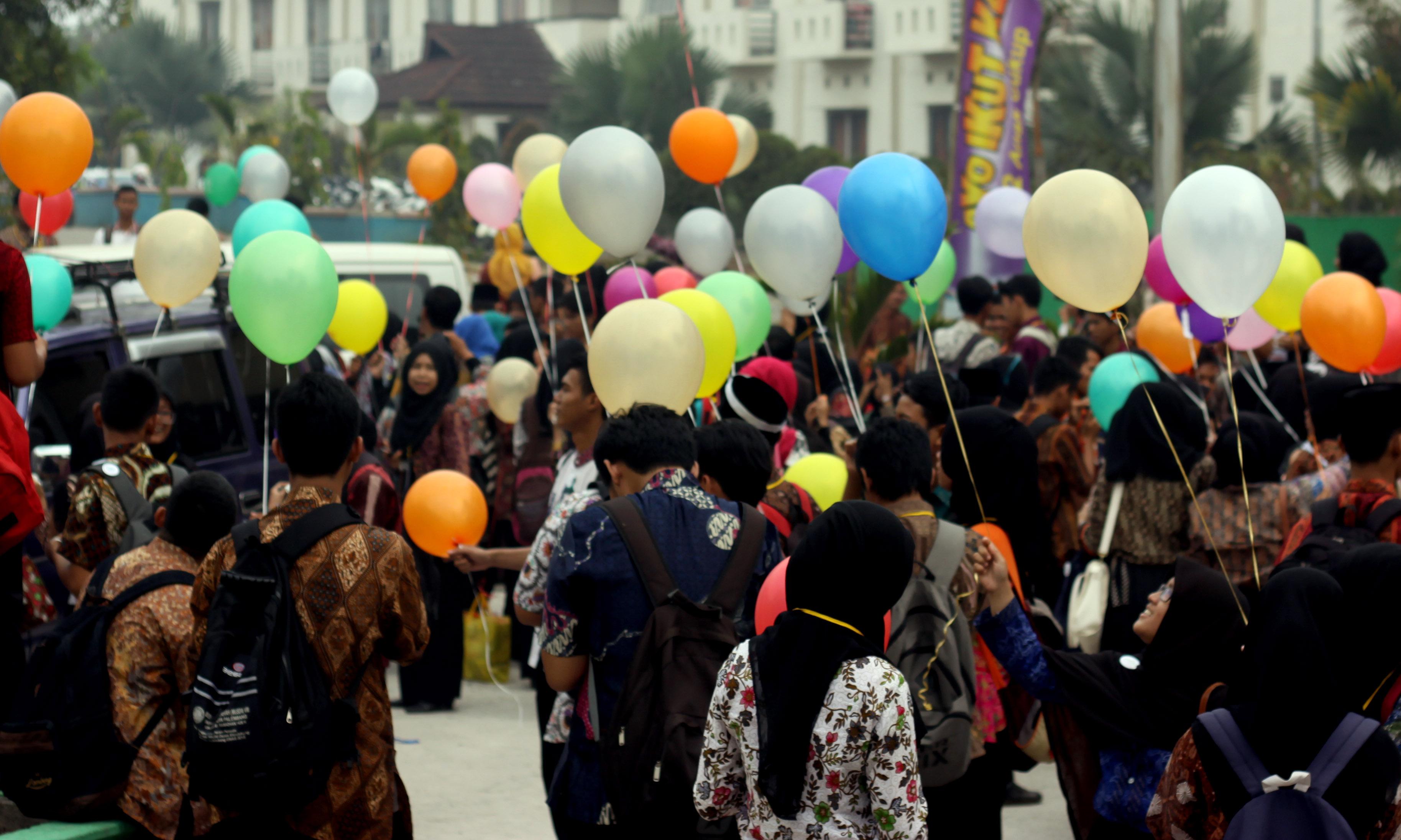 terlihat kemerihan mahasiswa yang sedang melepaskan balon ke langit pada ospek pusaka di depan gedung Akademik Center UIN Raden Fatah Palembang (12/9) Foto : Hairul Akbar