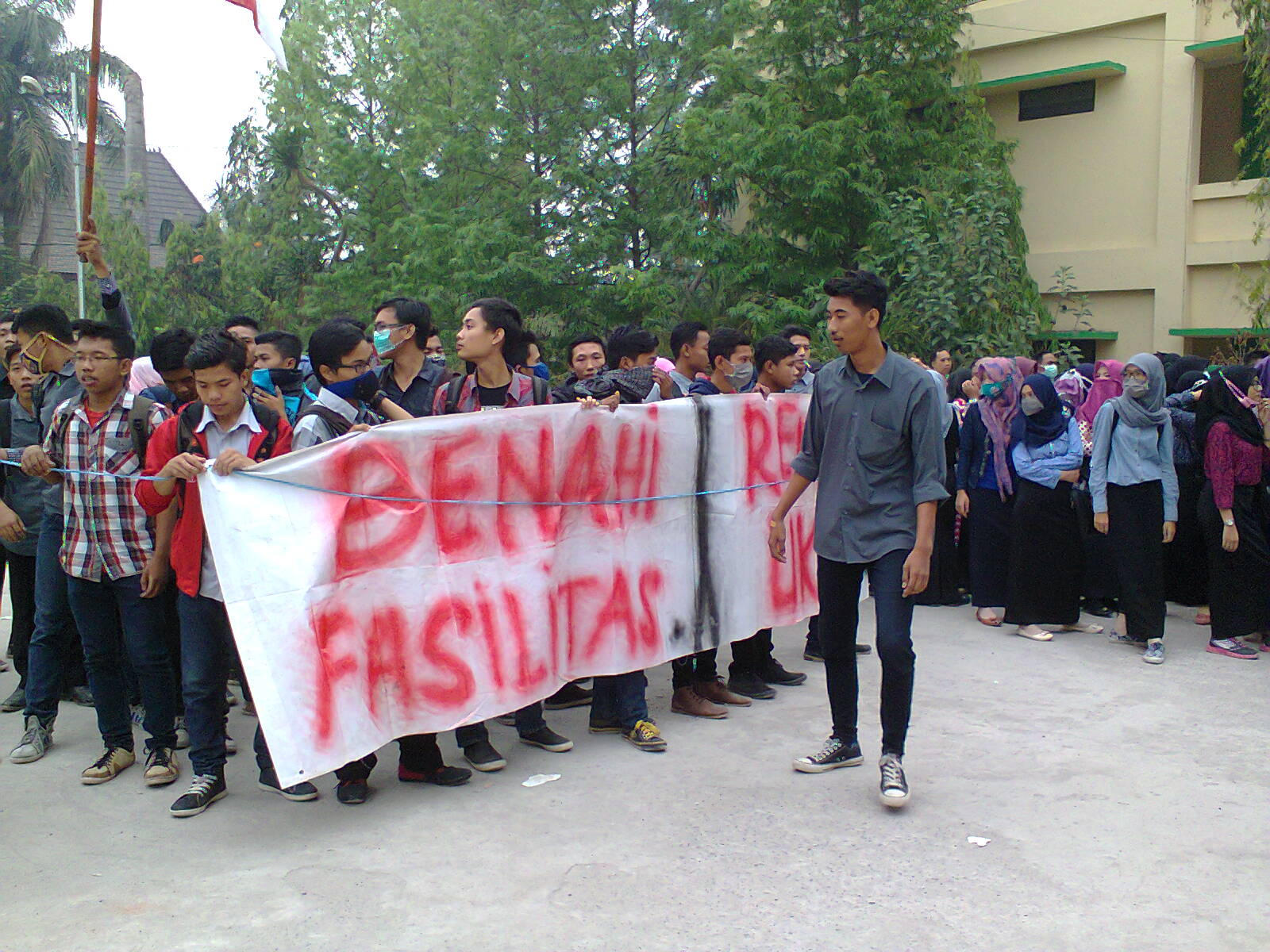 terlihat mahasiswa yang tergabung dalam Gerakan Mahasiswa Peduli (GMP) (27/10/2015) melakukan unjuk rasa menuntuk hak hak mahsiswa di depan Gedung Fakultas Ekonomi dan Bisnis. | Foto : Razi