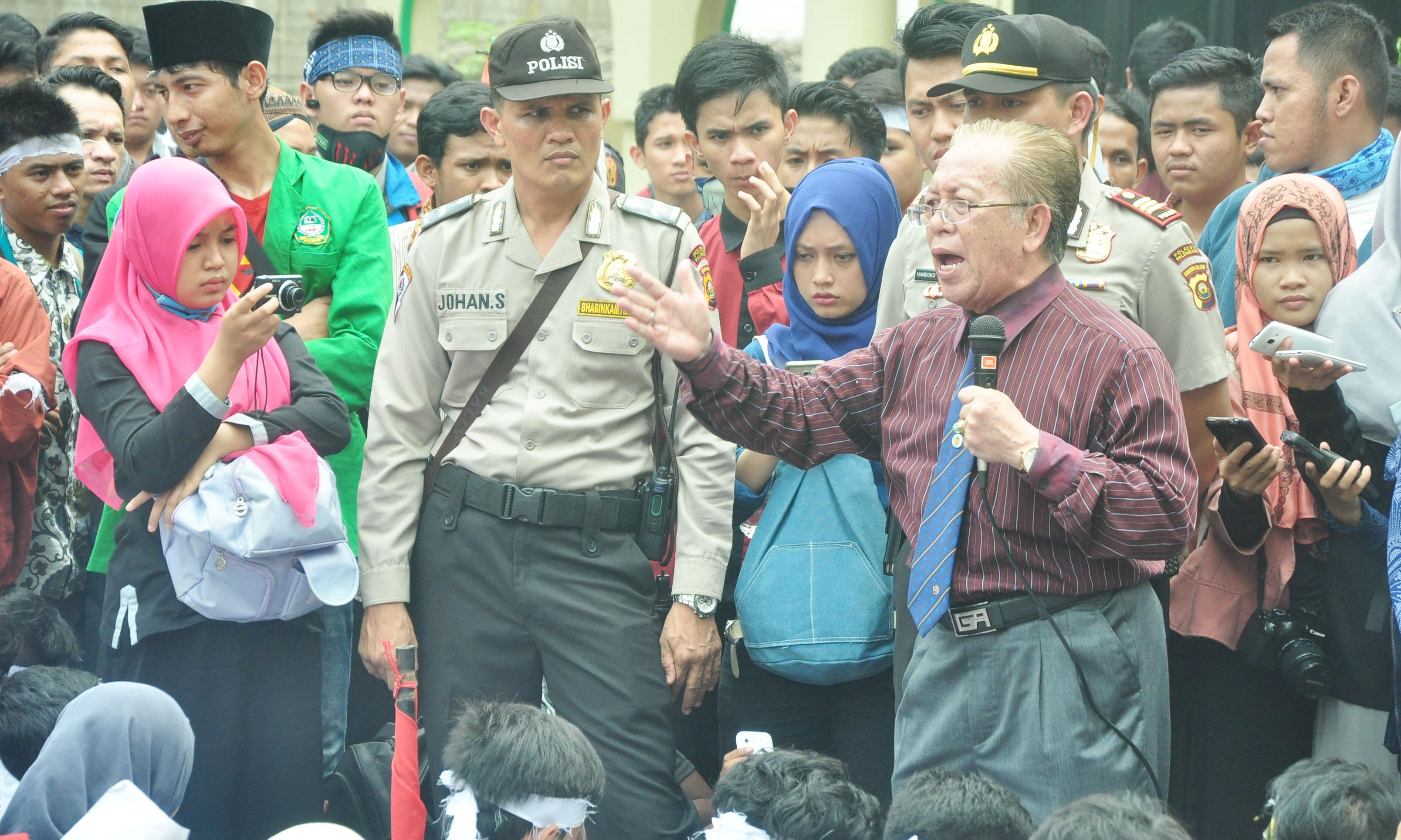 Foto : Agung Rektor UIN Raden Fatah Palembang, Aflatun Muchtar menenggapi tuntutan atas demo yang dilakukan mahasiswanya. Rabu (28/10/2015). Bertempat di halaman rektorat kampus hijau UIN Raden Fatah Palembang.