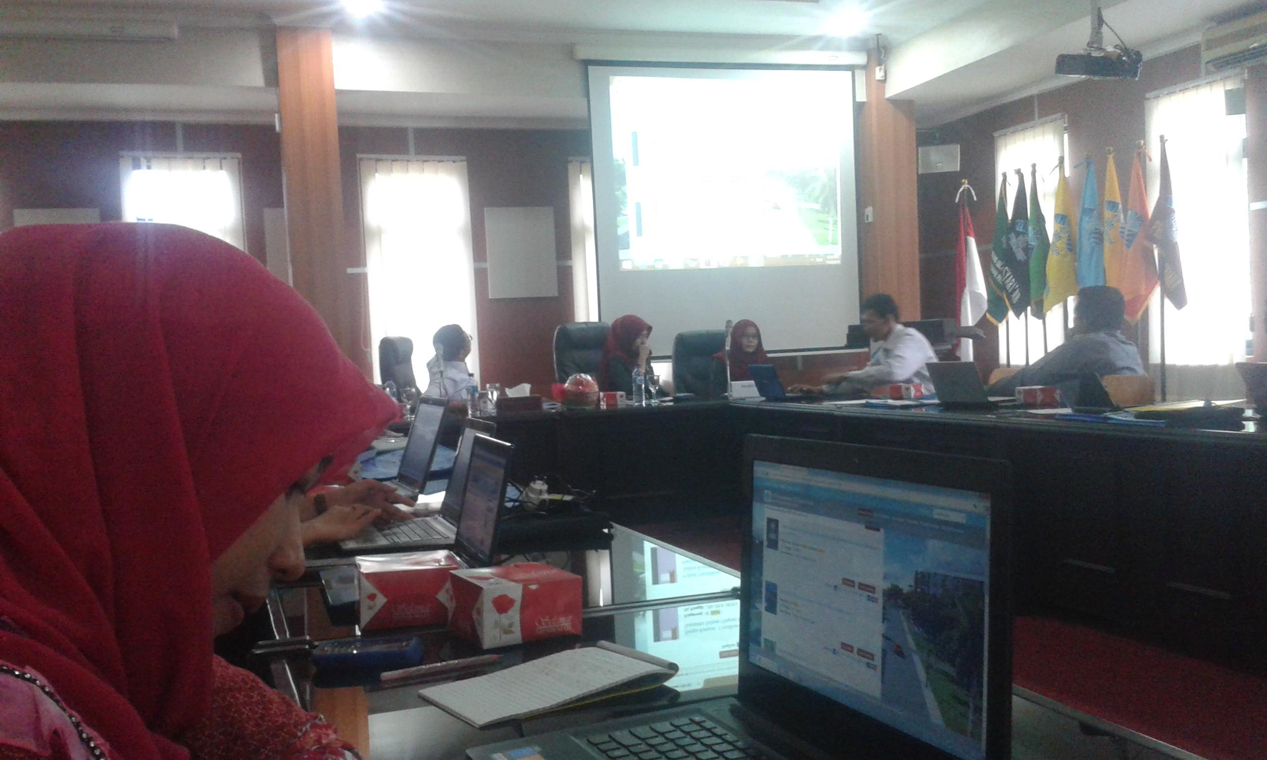Foto : Lusi Peserta workshop sedang  belajar mengoperasikan SLIMS (Senayan Library Management System). Selasa (10/11/2015).