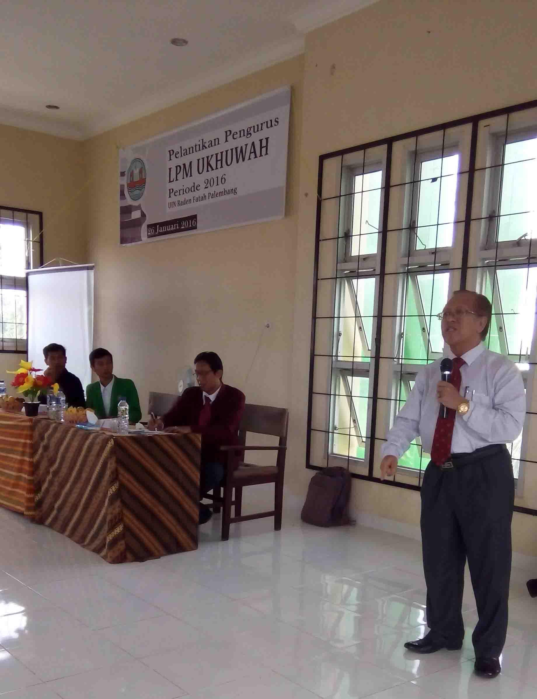 Rektor UIN Raden Fatah sedang memberikan kata sambutannya pada acara pelantikan LPM Ukhuwah di Gedung Student Center. Selasa (16/1/2016).