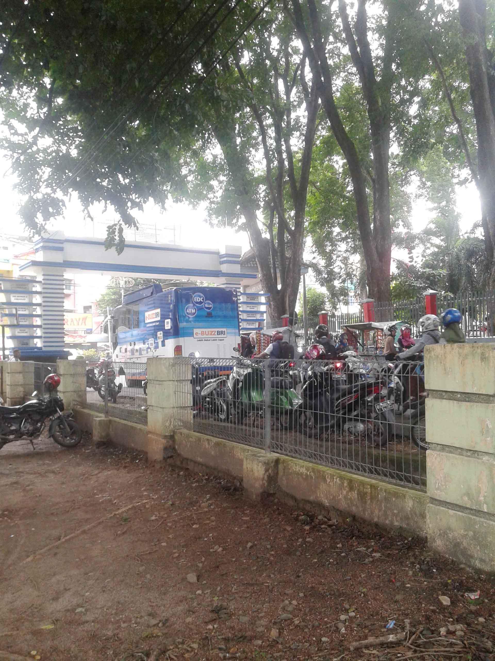 Parkir Liar dan Macet yang terjadi di gerbang utama UIN Raden Fatah Palembang