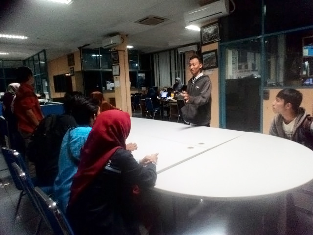 Anggota LPM UKhuwah sedang mendengarkan pengarahan dari salah satu wartawan Sumeks. (23/02/2016).