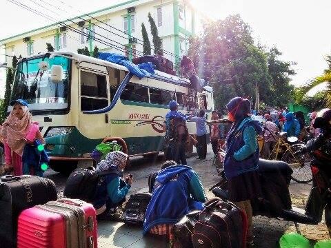 Foto : Aji Bangun Wicaksono/Ukhuwahnews.com.  PULANG - Terlihat Mahasiswa UIN RF sedang menurunkan barang-barangnya ketika tiba di kampus, Kamis (17/2/2016).