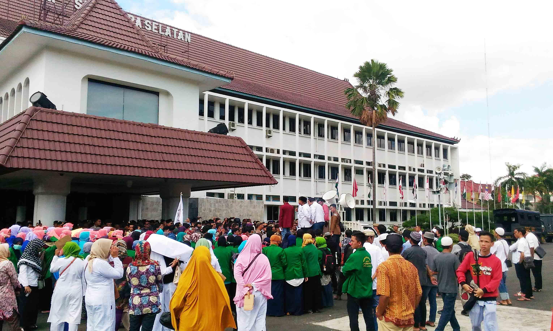 Foto : Maya Ratusan masa yang tergabung dalam Aliansi Masyarakat Palembang Darussalam menggelar aksi damai menyelamatkan budaya Palembang Darussalam, dengan melakukan longmarch dari Simpang Cinde menuju Kantor Gubernur Sumatera Selatan. Senin (7/3/2016).