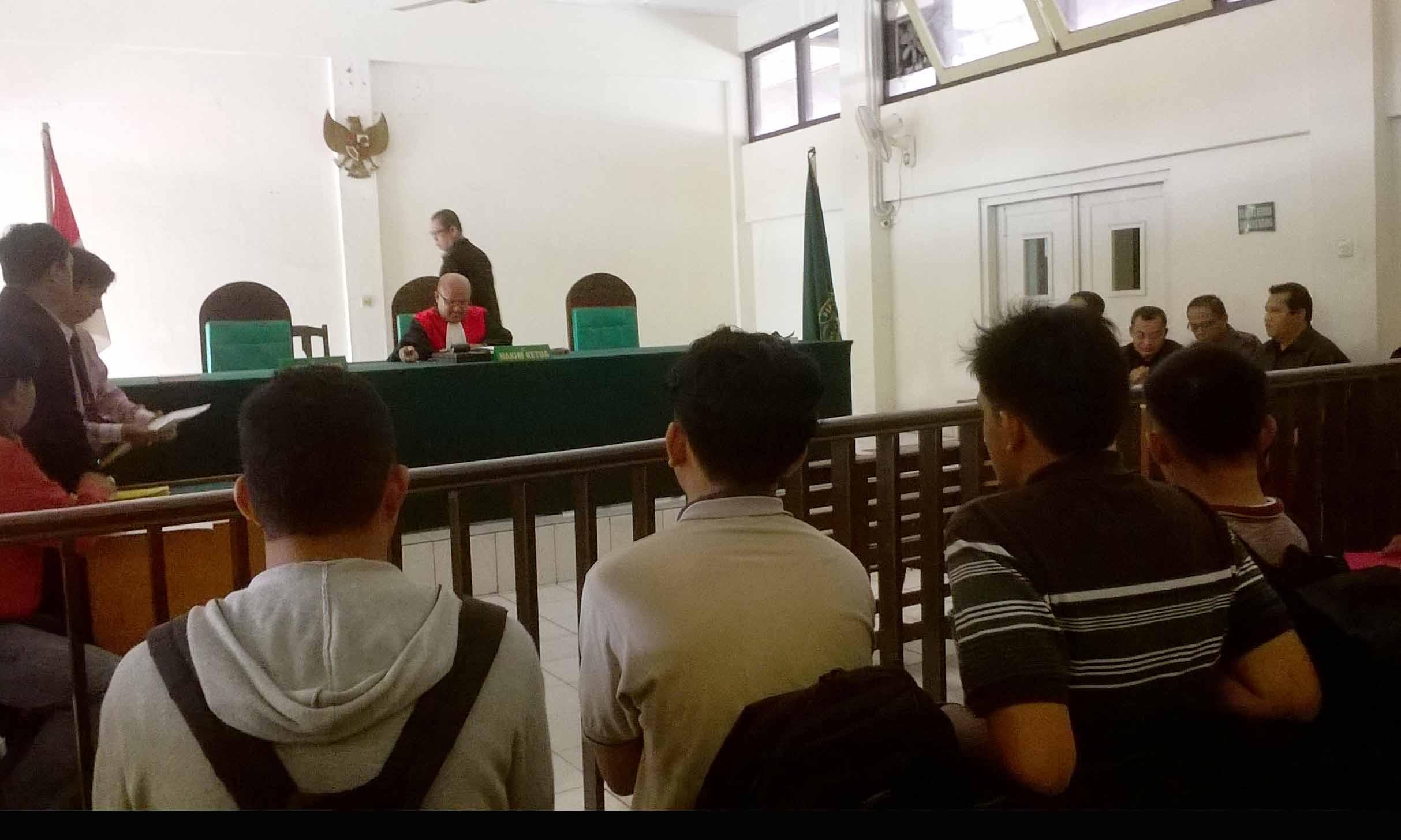 Foto : Ellyvon Suasana ruang sidang Pengadilan Negeri Palembang. Saat hakim ketua memulai persidangan pra peradilan pertama atas kasus penggelapan uang oleh Sri Farida dari yang dituntut oleh Amirudin. Senin (7/3/2016)