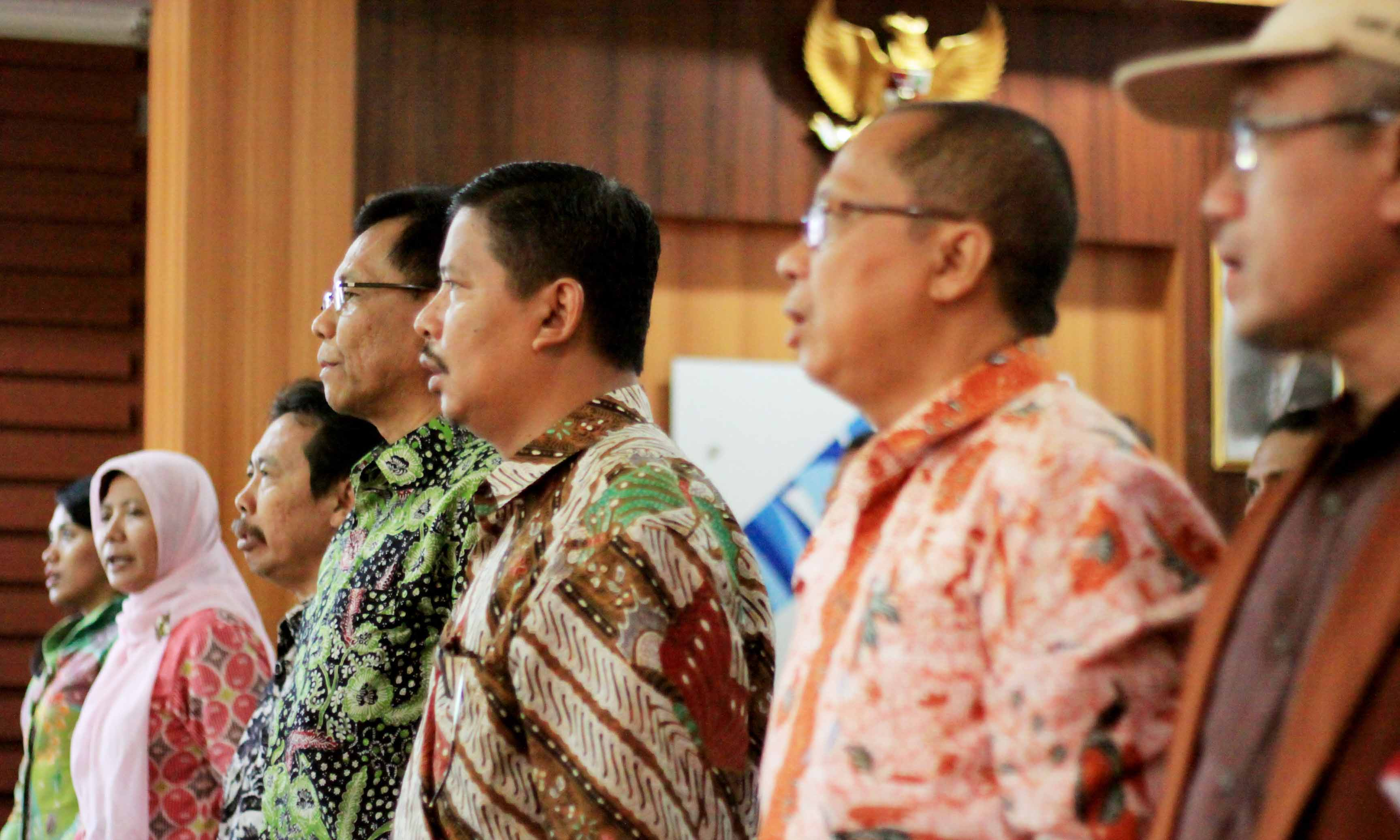 Foto : Hairul Akbar Suasana menyanyikan lagu kebangsaan Indonesia Raya pada Seminar Nasional Ketranmigrasian dan peresmian PMAT UIN Raden Fatah Palembang. bertempat di Gedung Rektorat UIN RF , pada Jumat (4/3/2016).