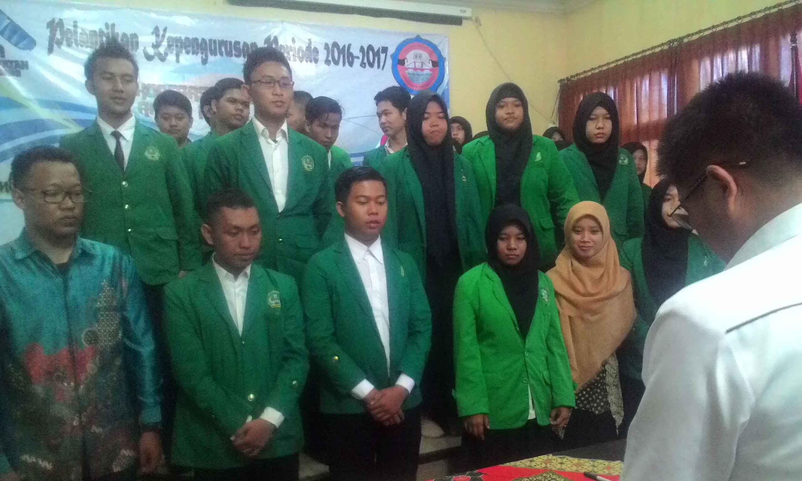 Foto : Regi Terlihat Heri Junaidi sedang melantik pengurus baru UKMK Koperasi Mahasiswa UIN Raden Fatah Palembang. Bertempat di Ruang Munaqosa Fakultas Syariah dan Hukum pada Selasa (7/3/2016).