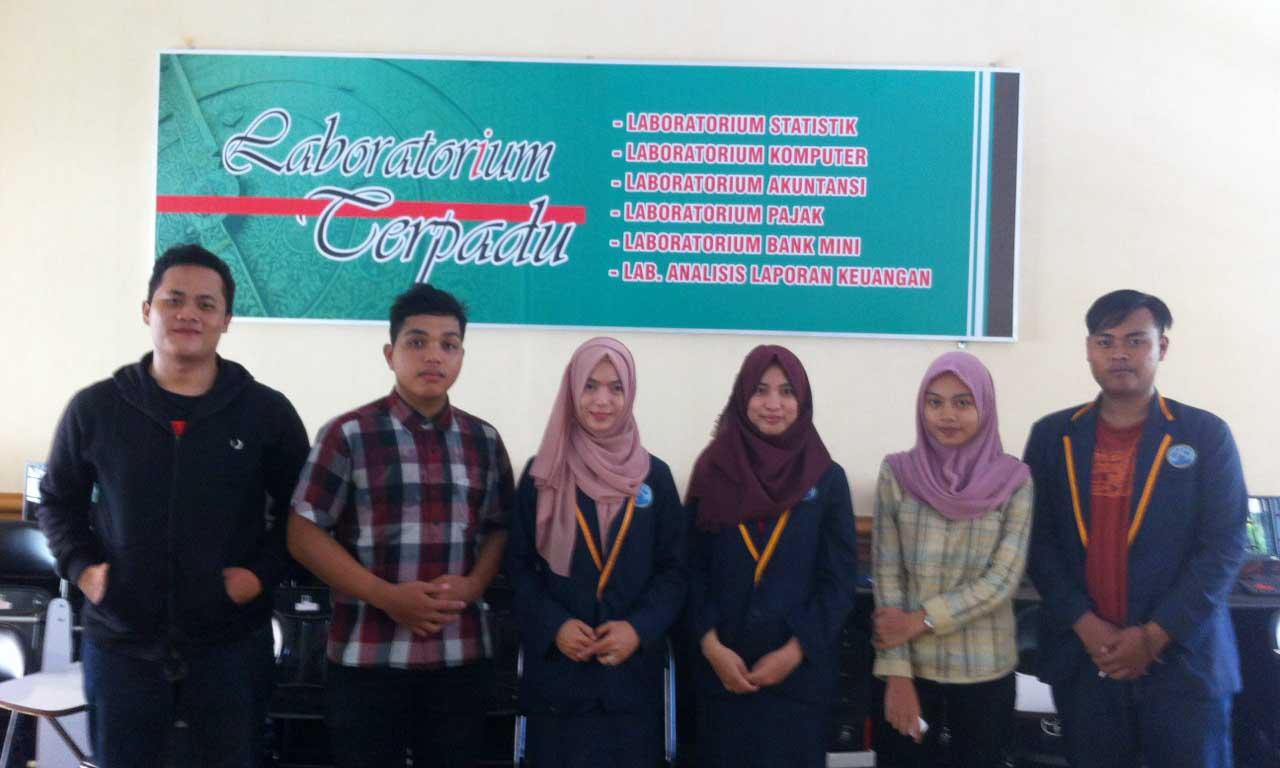 Foto : M. Rajab Foto bersama mahasiswa D3 Perbankan Syariah Universitas Islam Negeri (UIN) Raden Fatah Palembang yang sedang mengisi waktunya di laboratorium terpadu milik Fakultas Syariah dan Hukum. Kamis (3/3/2016).
