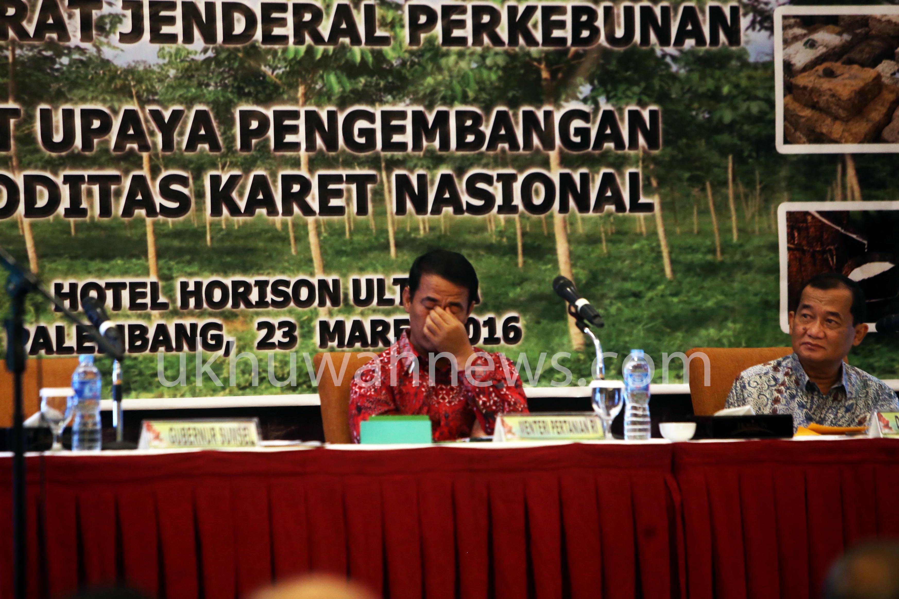 Menteri Pertanian terlihat berpikir keras dalam acara rapat upaya pengembangan komoditas karet nasional, Rabu (23/3/2016) di Hotel Horisol Ultima Palembang.