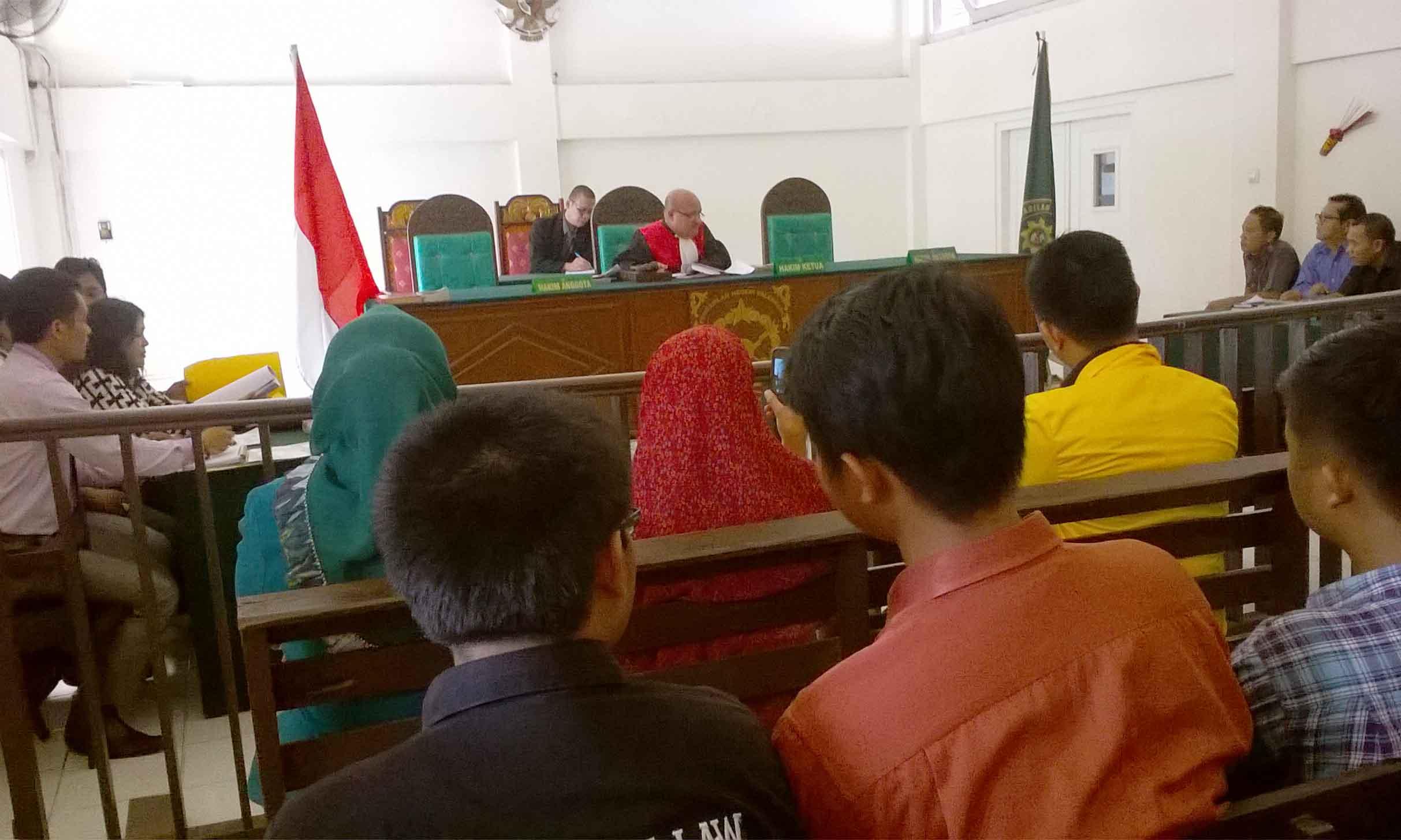 Foto : Ellyvon Pra Peradilan hari kedua atas kasus uang hibah dan tuduhan penggelapan uang Rp 80 Juta Rupiah oleh Sri Farida binti Suhaimi. Pengadilan Negeri Palembang, Selasa (8/3/2016).