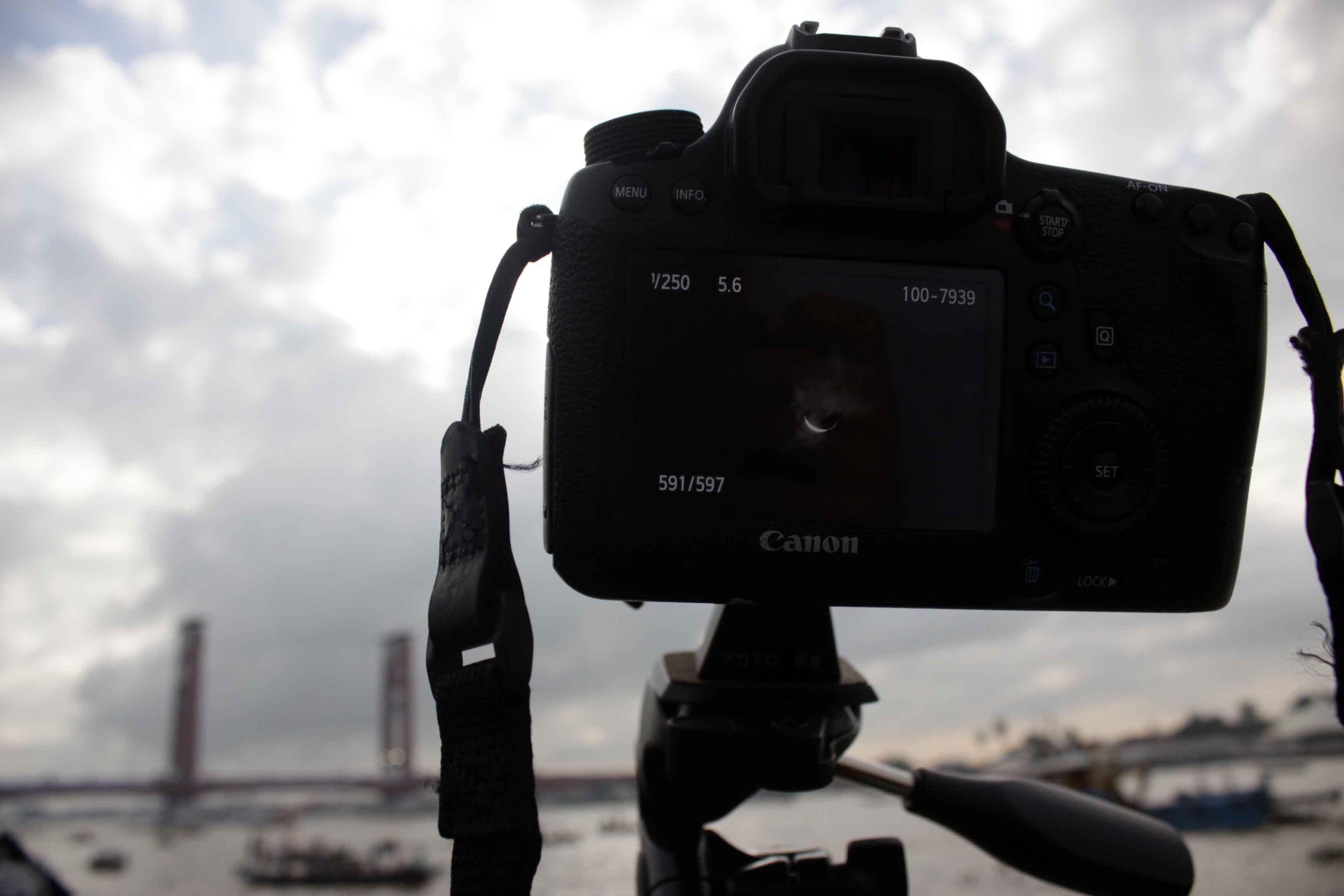 Kamera Seorang fotografer freelance saat mengabadikan gerhana matahari total (GMT) di lokasi Benteng Kuto Besak, Palembang, rabu (9/3/2016).