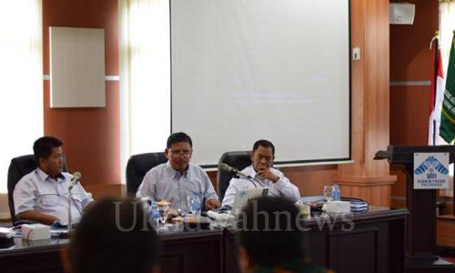 Wakil Rektor III Prof. Dr. H. Amin Suyitno, M.Ag sedang menyampaikan materi sosialisasi mengenai Workshop Panduan Beasiswa UIN Raden Fatah Palembang, di Ruang Rapat Gedung Rektorat UIN Raden Fatah. Selasa, (12/4/16).