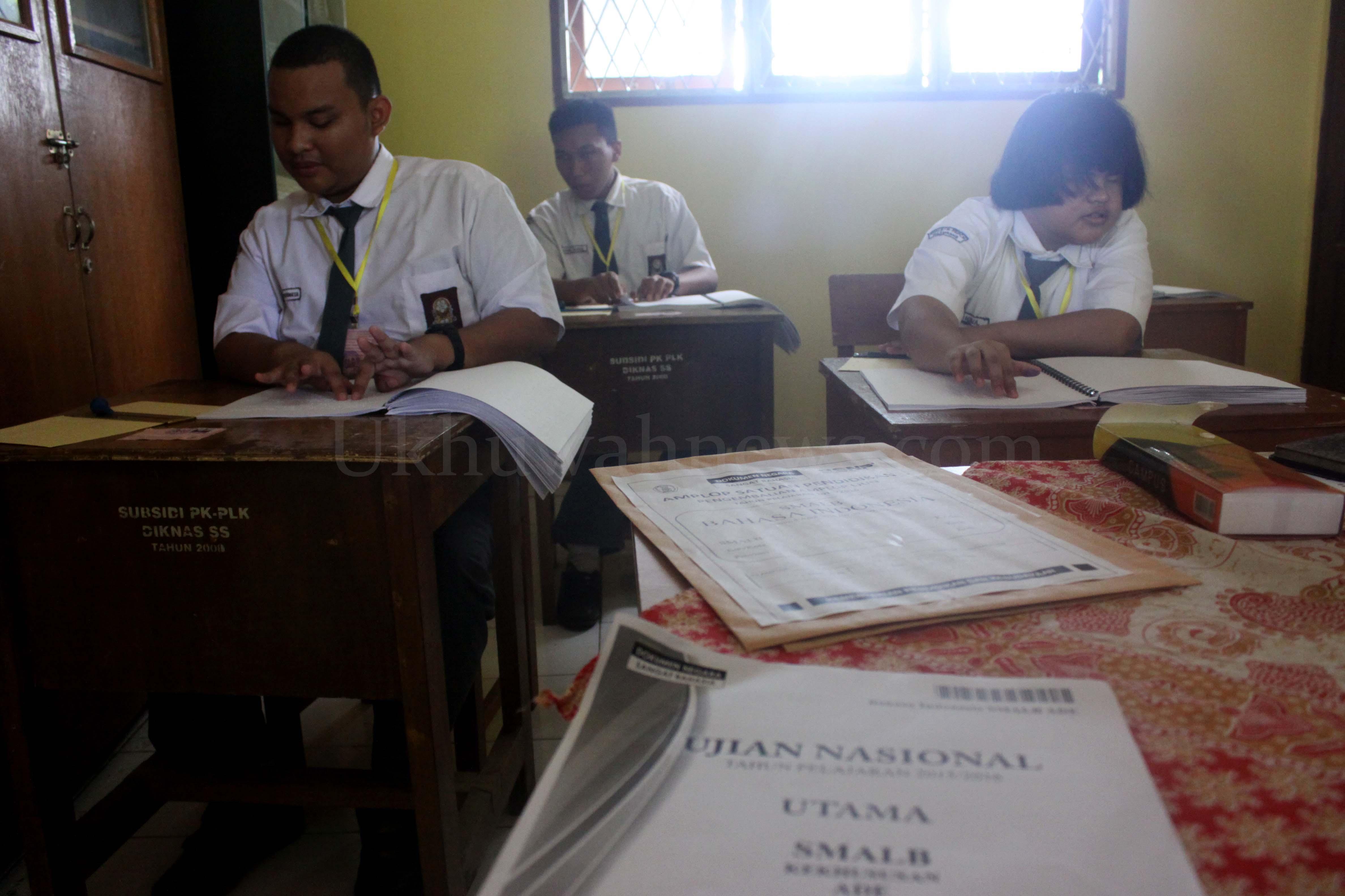 Sejumlah siswa penyandang tunanetra mengikuti Ujian Nasional (UN) 2016 di yayasan pendidikan anak cacat (YPAC) Palembang, Sumatera Selatan, Senin (4/4/2016). Ujian nasional ini diikuti oleh lima siswa-siswi penyandang tunanetra, dua laki-laki dan tiga perempuan. Hairul Akbar/Ukhuwahnews.com