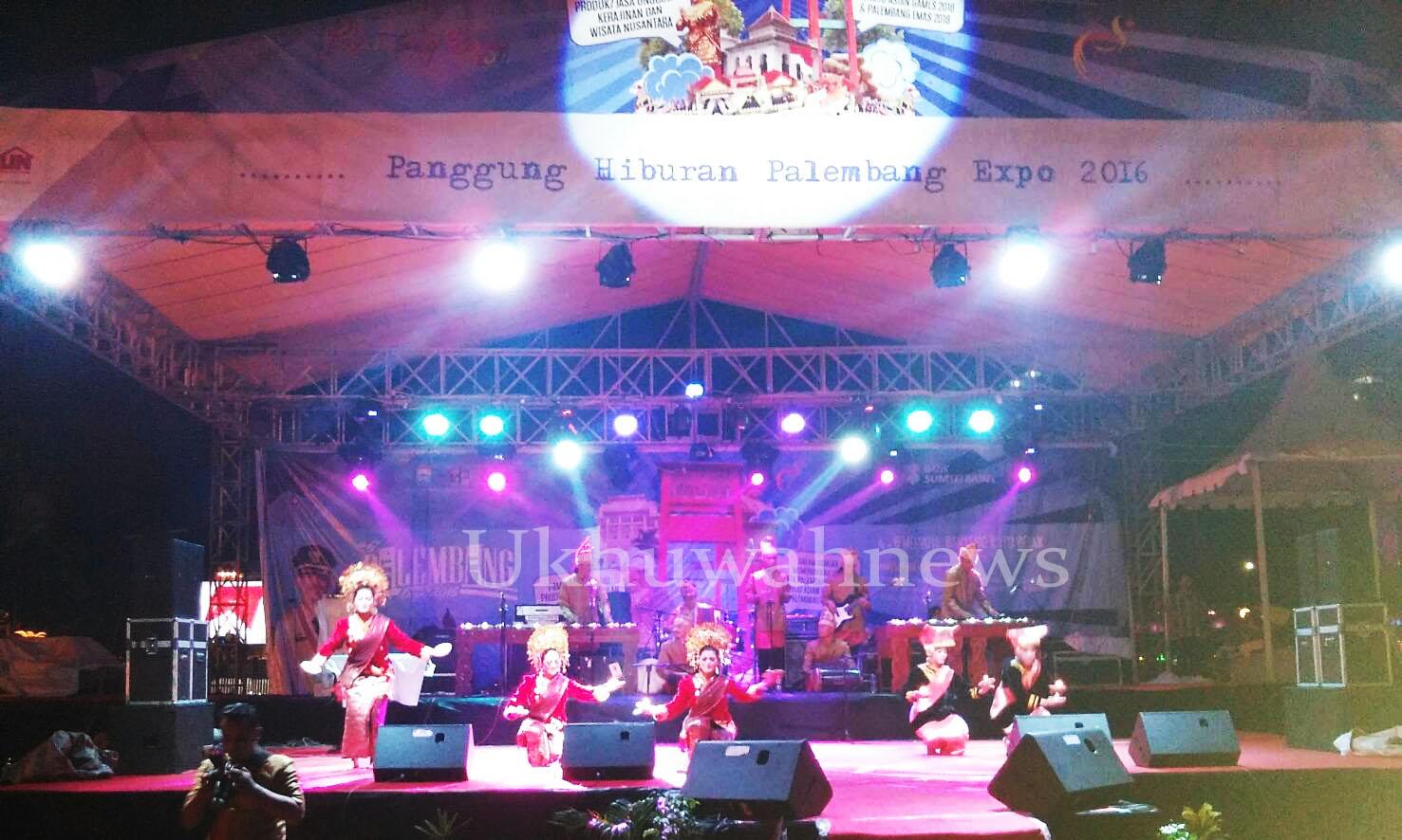 Pentas Seni. Penampilan tarian dan alat musik tradisional dari Sumatera Barat, pada acara Palembang Expo bertempat di Benteng Kuto Besak (BKB), Palembang Sumatera Selatan. Rabu (4/5/2016). Pergelaran Palembang Expo ini diadakan menjelang ulang tahun Palembang pada Juni mendatang. Ukhuwahnews/Raenal Fikri