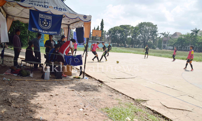 Futsal. PSM UIN Raden Fatah Palembang mengadakan pertandingan futsal bertajuk PSM CUP keempat tahun 2016 ini. Bertempat di Lapangan Basket UIN RF. Selama tiga hari sejak 19-21 Mei 2016. Ukhuwahnews/Lusi Harianti