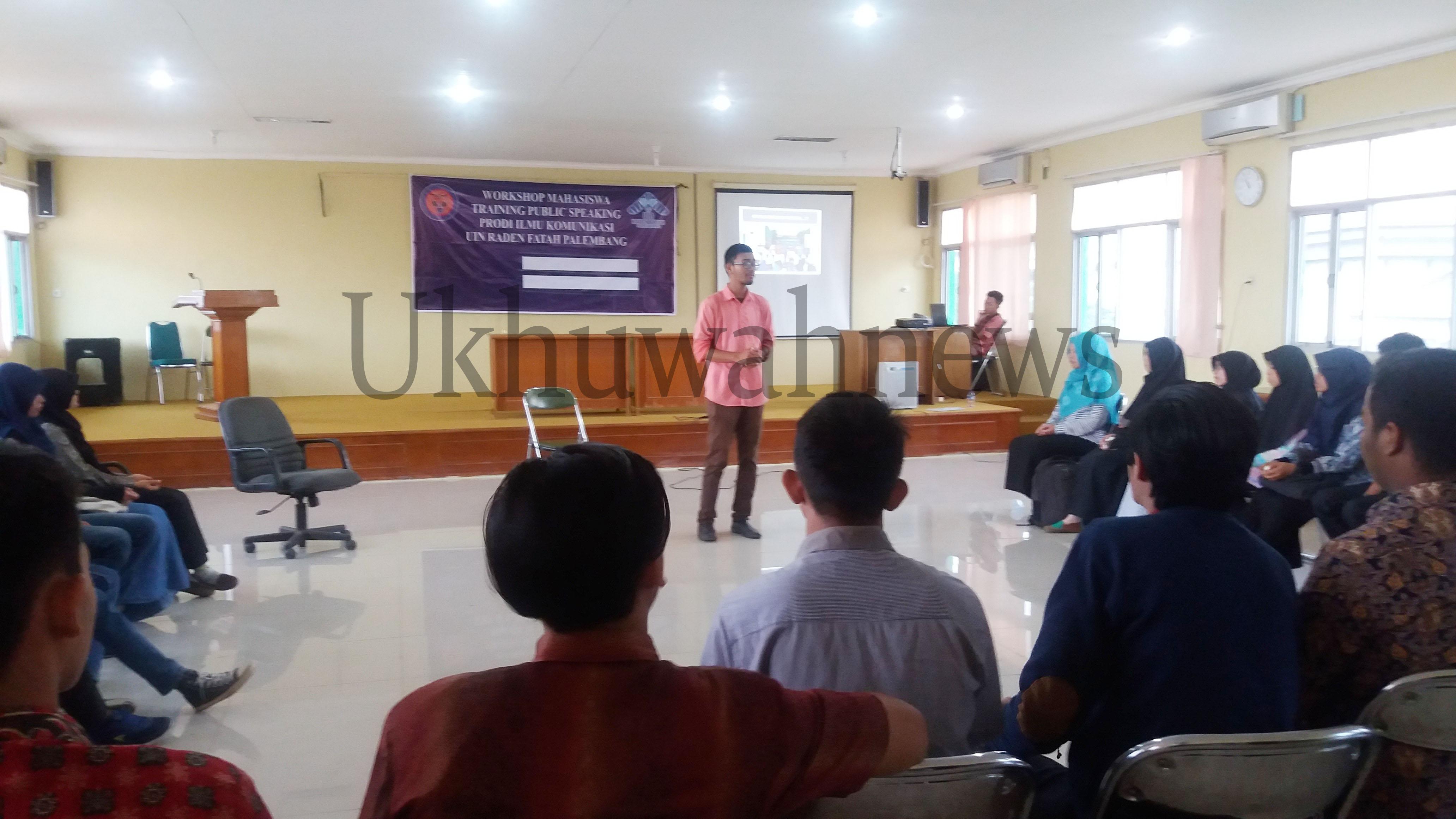 Pembicara Workshop Mahasiswa dengan tema Trainning Public Speaking sedang menyampaikan materi kepada peserta workshop. di Ruang Munaqosah Gedung Fadkom UIN RF, Senin (30/5/16).