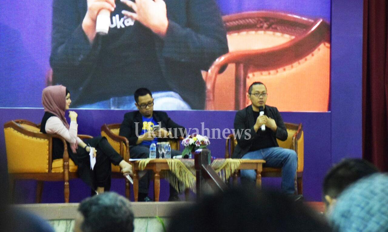 Pengusaha muda, CEO Bukalapak.com, Achmad Zaky saat mengisi materi Seminar Kewirausahaan oleh Generasi Baru Indonesia (Genbi) di Gedung Akademik Center Universitas Islam Negeri Raden Fatah (UIN RF) Palembang pada rabu (20/4/2016). Ukhuwahnews/Nopri Ismi