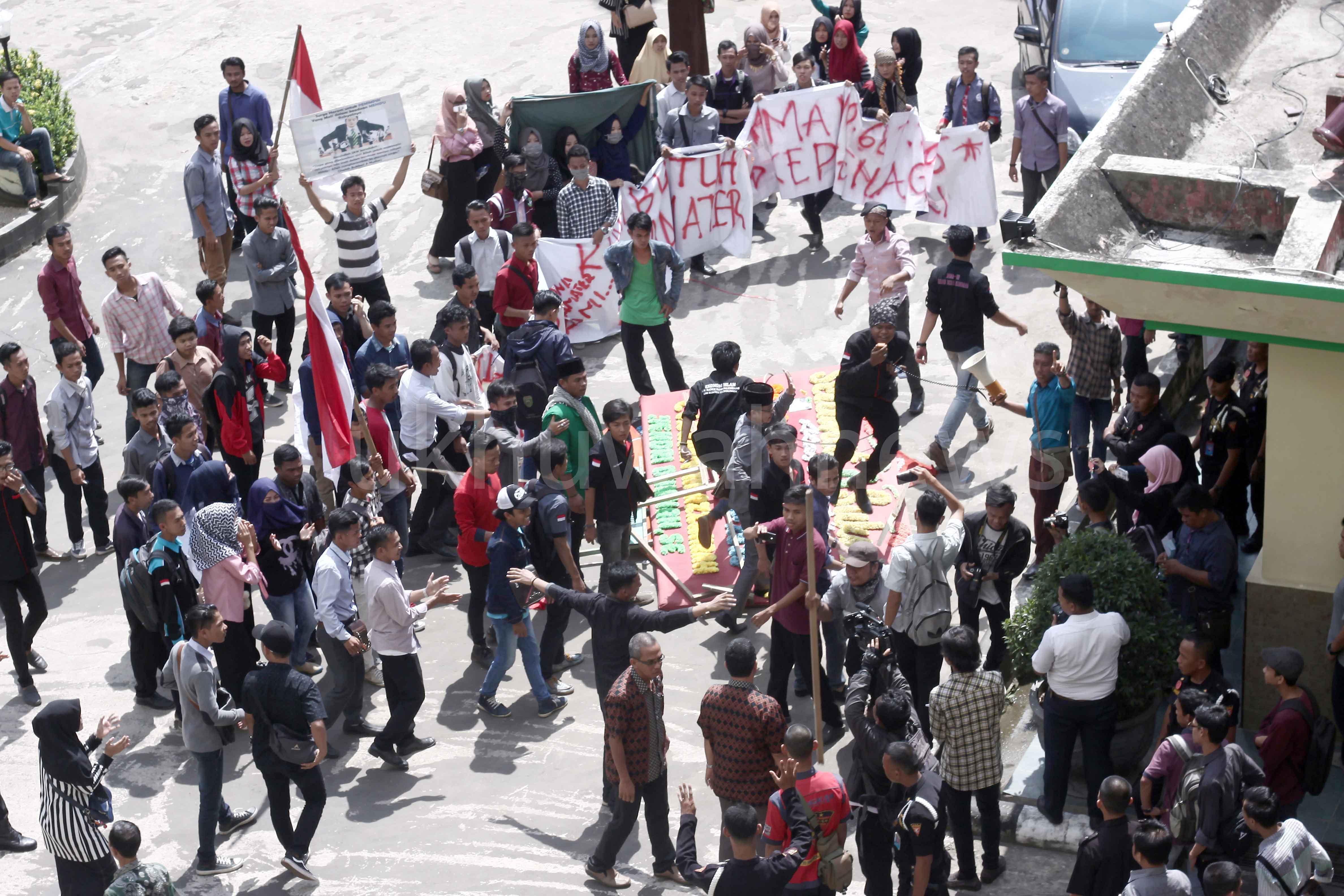 Puluhan mahasiswa Universitas Islam Negeri (UIN) Raden Fatah Palembang melakukan aksi demonstrasi dengan membakar ban didepan gedung rektorat UIN, Rabu (18/5/16). Aksi ini merupakan puncak dari aksi yang dilakukan pada senin lalu,  untuk menuntut kejelasan status almamater mahasiswa angkatan 2014 dan 2015 yang belum dibagikan dua tahun terakhir.