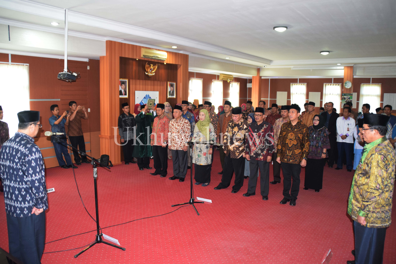 Suasana ucap sumpah saat acara pelantikan wakil rektor, direktur pasca sarjana, serta dekan-dekan Universitas Islam Negeri Raden Fatah (UIN RF) Palembang, yang disaksikan langsung oleh Rektor UIN RF Prof. DR. Sirozi,P.hD di  Gedung Rektorat UIN RF Palembang, Rabu (09/06/16).