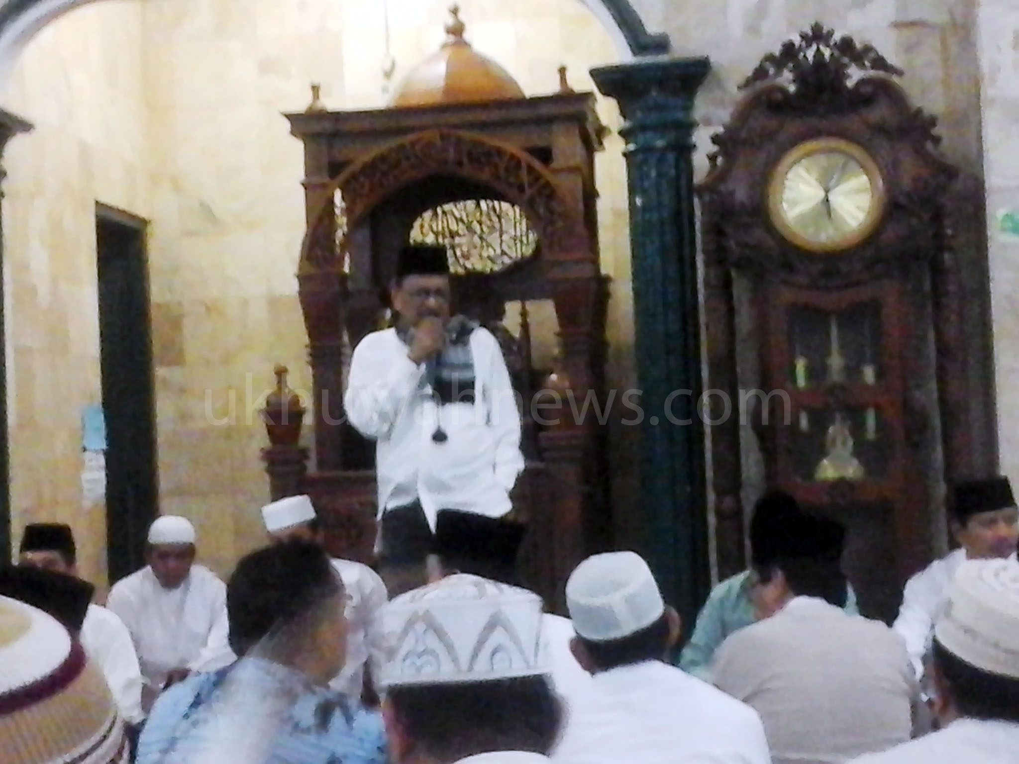 Prof. Dr. H. Romli, SA M.Ag saat menyampaikan tausyiah pada acara Subuh Berjamaah di Masjid Darul Muttaqin UIN Raden Fatah Palembang. Foto : obi/ukhuwahnews.com