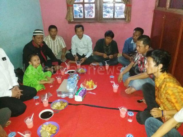 Alumni LPM Ukhuwah sedang mendengarkan tausyiah menjelang Berbuka Puasa Bersama keluarga besar LPM Ukhuwah, di Graha Ukhuwah. Sabtu, (2/7/16).
