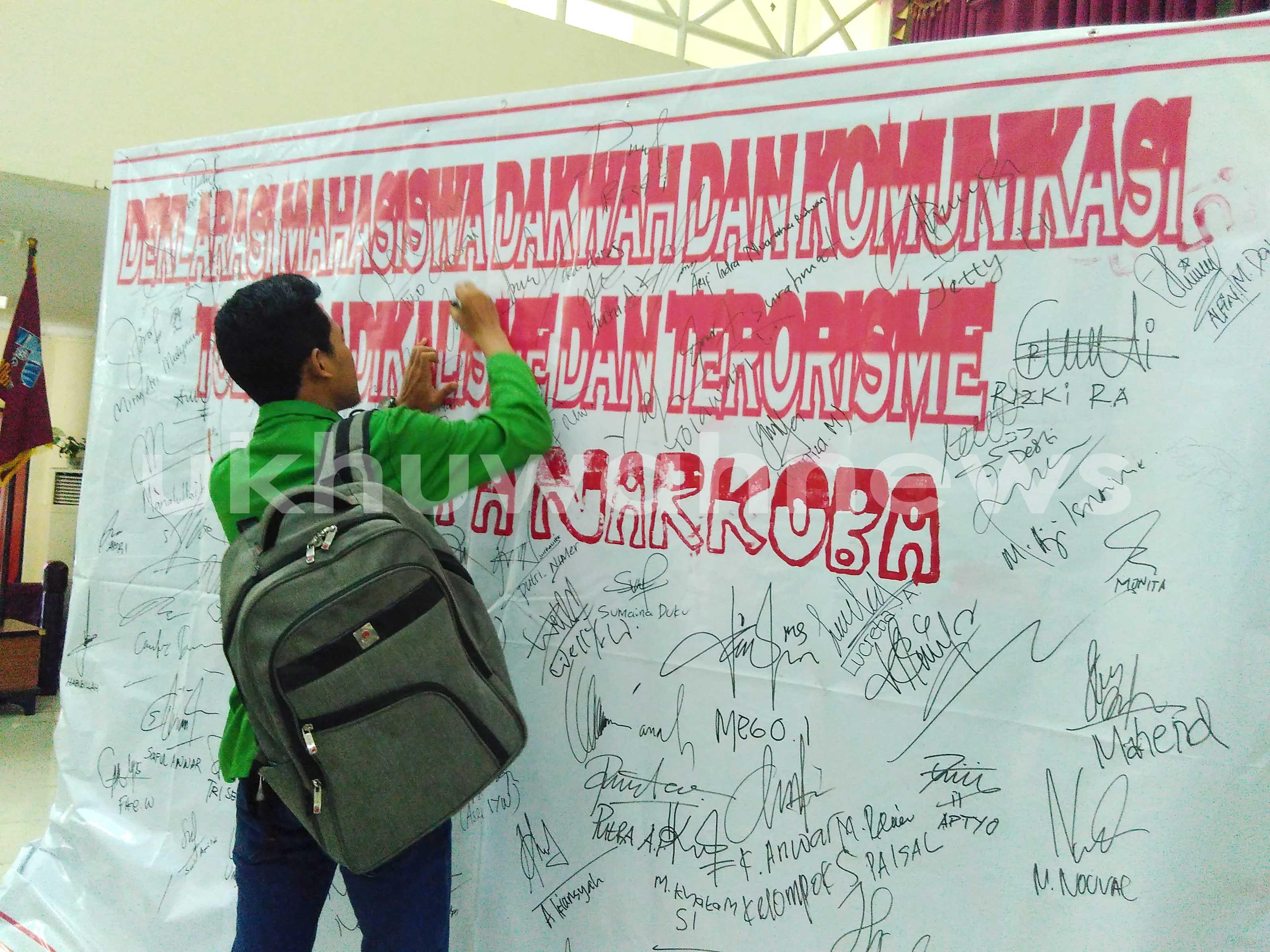 Seorang Mahasiswa UIN Raden Fatah Palembang sedang menandatangani Petisi Seribu Tanda Tangan, pada kegiatan OPAK Fadkom. Selasa (23/8). Mertisa/ukhuwahnews.