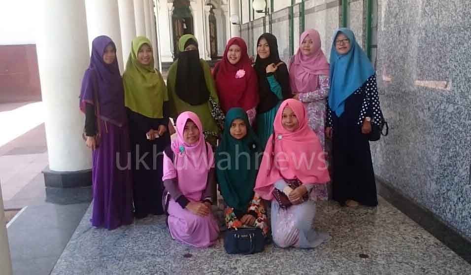Foto Bersama - Anggota Akhwat (Perempuan) berfoto bersama usai pertemuan KFMM palembang, Minggu (7/8/2016). Foto : Janero/ukhuwahnews.com