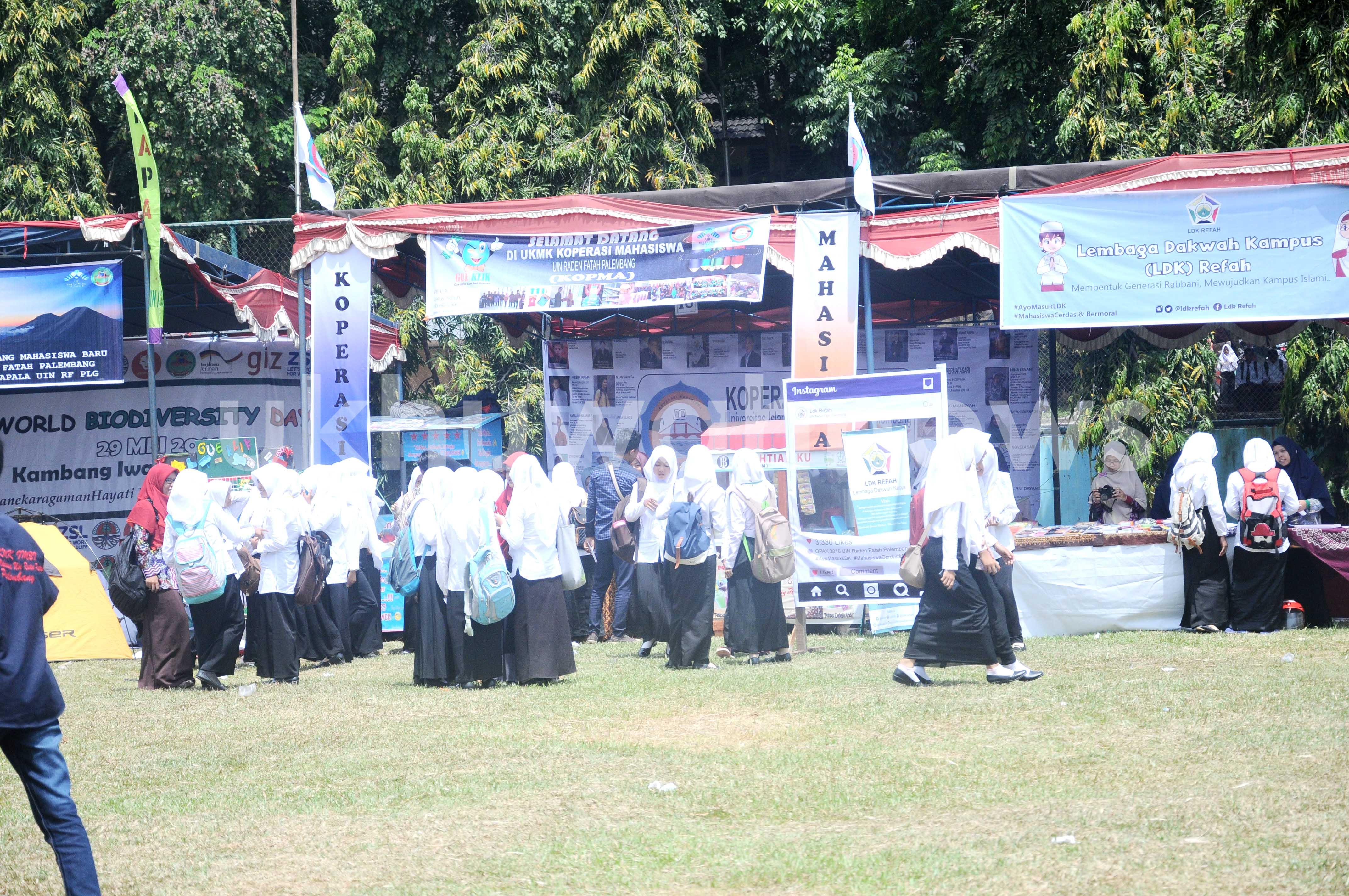 sejumlah mahasiswa baru  mendatangi stand UKMK di lapangan bola UIN RF.  Rabu (10/8).