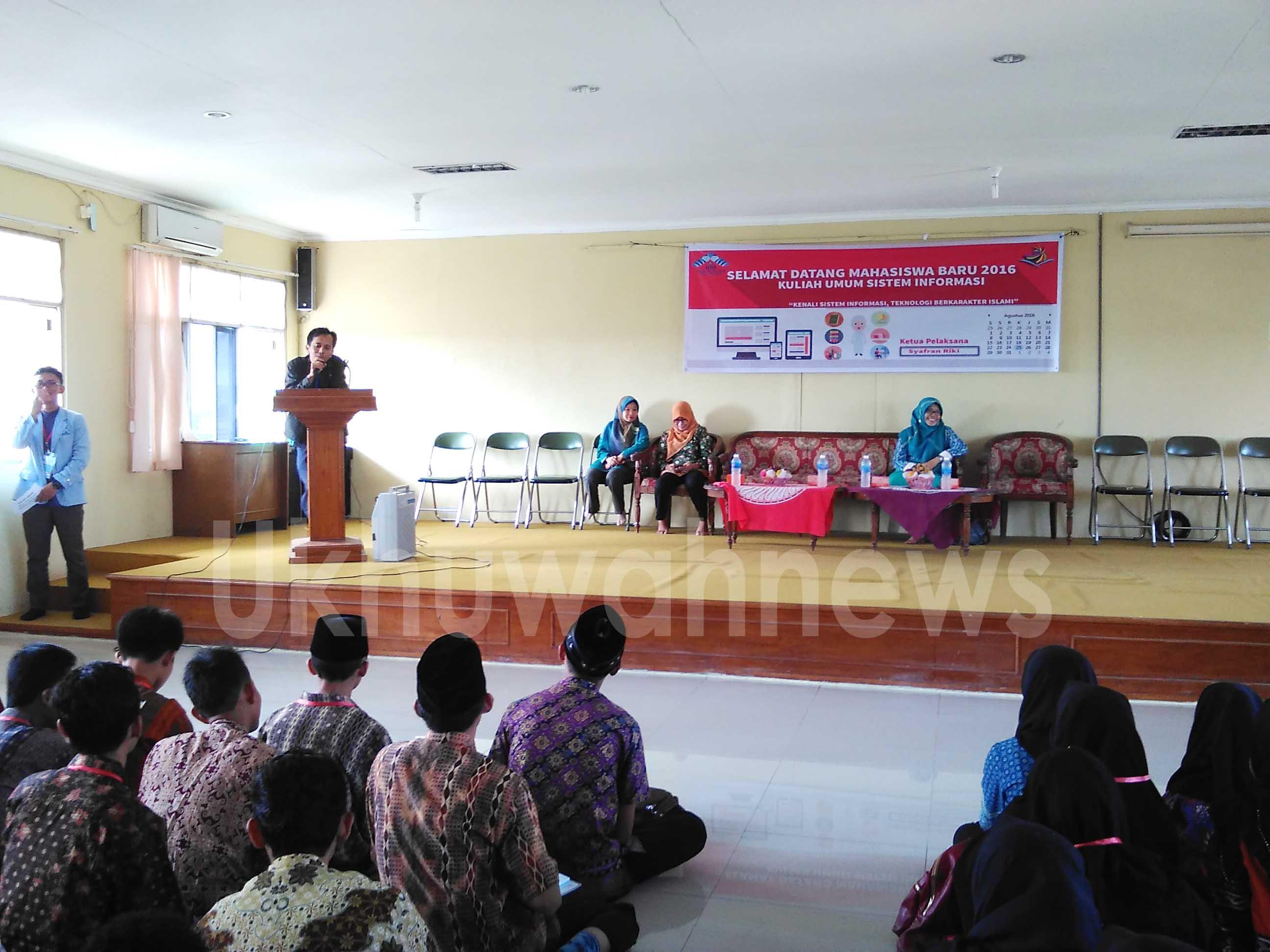 Kajur SI, Ruliansyah, M.Kom sedang menyampaikan sebuah penjelasan mengenai jurusan SI kepada mahasiswa Baru kamis (25/08). Raenal Fikri/ukhuwahnews.