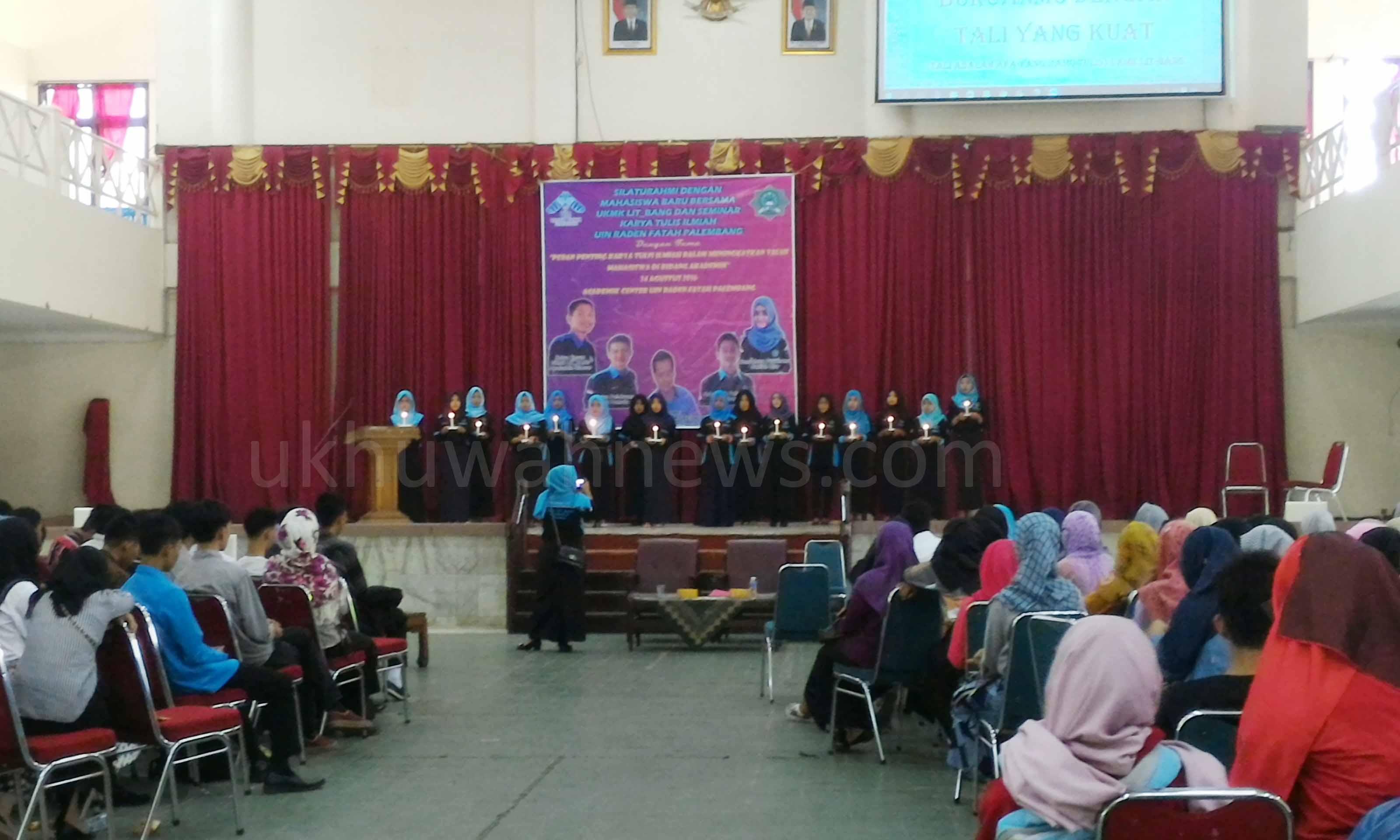 Anggota Litbang menampilkan musikalisasi puisi diakhir kegiatan seminar Karya Tulis Ilmiah di gedung Akademik Center (AC) UIN RF. Ukhuwahnews/Rajab