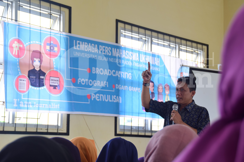 Materi- Imron Supriyadi, Pemimpin Redaksi Kabar Sumatera Online ini saat memberikan materi mengenai Teknik dan Praktik Menulis Berita Media Elektronik Radio, pada hari kedua, kegiatan Pendidikan dan Pelatihan Dasar Jurnalistik (Diklatsarjur) yang ke-18, di Gedung Student Center (SC) Universitas Islam Negeri Raden Fatah (UIN RF) Palembang, Minggu (18/9).
