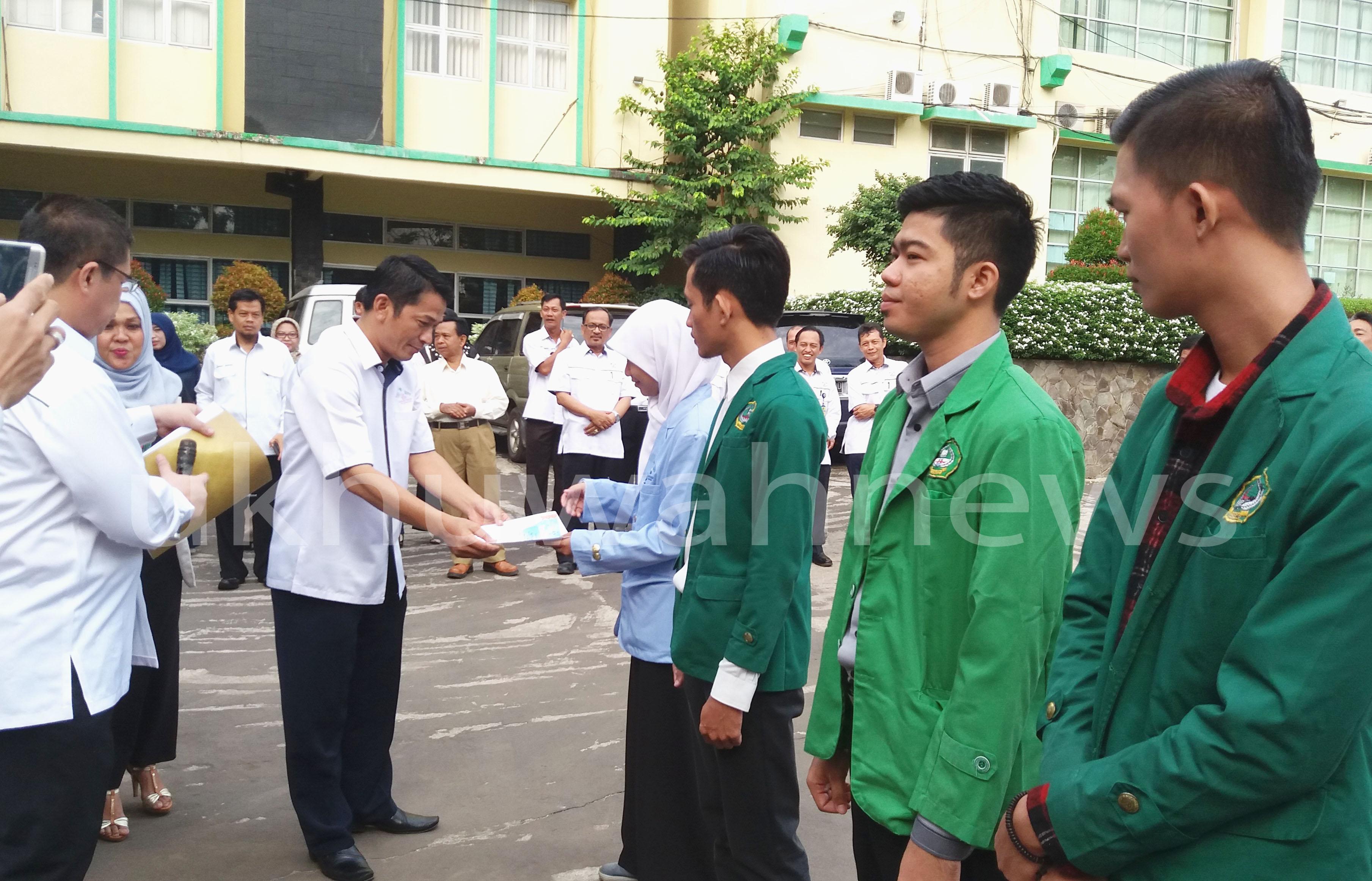 Dekan Fakultas Dakwah dan Komunikasi UIN RF memberikan Piagam Penghargaan Kepada Pemenang Peksimida 2016, pada apel pagi, di depan Gedung Rektorat UIN RF, Senin (29/08).