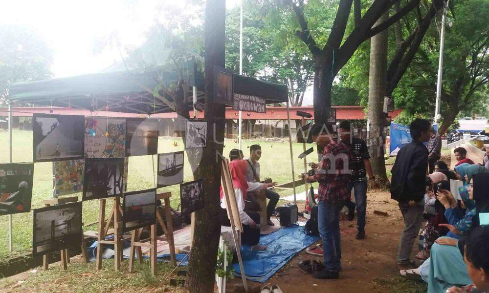 LIHAT - beberapa pengunjung sedang melihat foto-foto Pameran Gebyar Jurnalistik, Senin (17/10/2016).