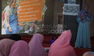 """Kajian- Muslimah Hizbut Tahrir Indonesia (MHTI) Chapter kampus secara rutin mengadakan kegiatan Dirosah Islamiyah. Bertempat di Masjid Misabahudin, Dirosah Islamiyah minggu ini (02/10/2016) mengangkat tema """"Ketika Cahaya Islam Menyapa"""". Dalam penyampaian materinya, Sri Dewi, S.E.I menjelaskan tentang manusia yang hendaknya berhijrah. Doc. HTI"""