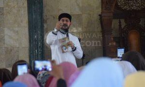 Ustad Alhabsyi saat memberikan ceramah di Masjid Darrul Muttaqin UIN RF Palembang, Sabtu, (01/10).